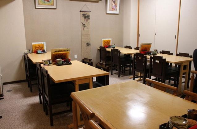 深川本店の一階テーブル席
