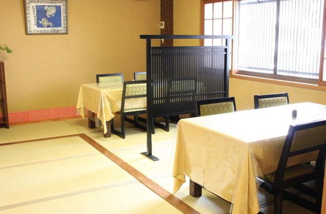 深川本店の二階テーブル席